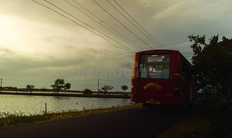 Södra lopp för buss för kerala byafton royaltyfri foto