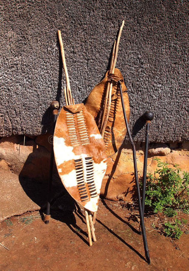 Södra närbild - afrikanska zuluspjut, krigaresköldar och assegai royaltyfri bild