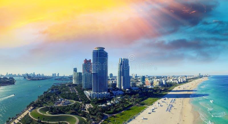 Södra Pointe parkerar och seglar utmed kusten - den flyg- sikten av Miami Beach som är en smula överlastad royaltyfri foto