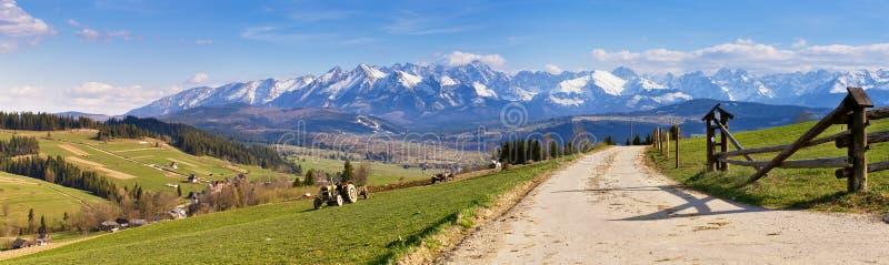 Södra Polen panorama med snöig Tatra berg i vår, arkivfoton