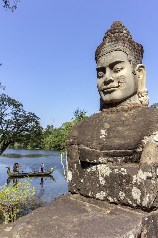 Södra portingång till Angkor Thom, den sista och mest bestående huvudstaden av en khmervälden royaltyfria bilder