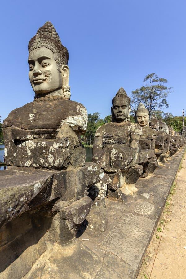 Södra portingång till Angkor Thom, den sista och mest bestående huvudstaden av en khmervälden royaltyfri bild