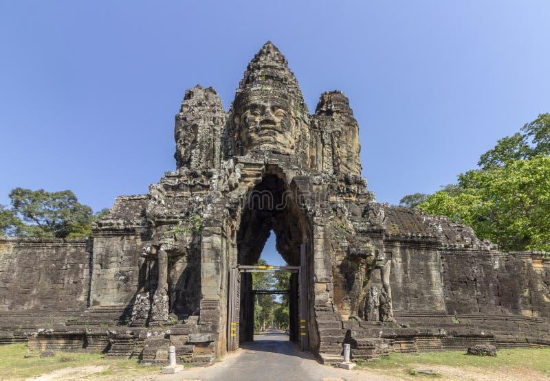 Södra portingång till Angkor Thom, den sista och mest bestående huvudstaden av en khmervälden arkivbilder