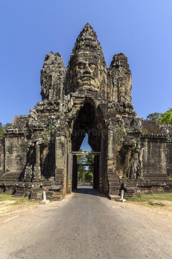 Södra portingång till Angkor Thom, den sista och mest bestående huvudstaden av en khmervälden, UNESCOarvplats, Angkor arkivfoto
