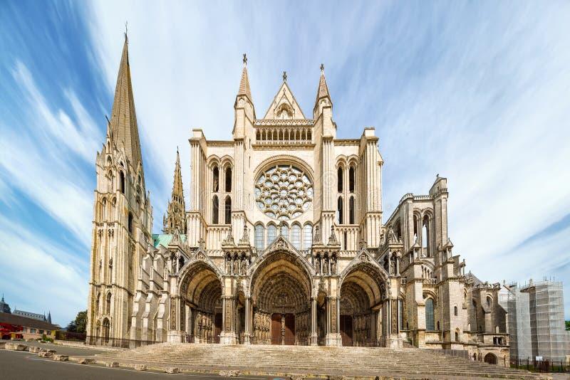 Södra sida av den Chartres domkyrkan arkivbilder