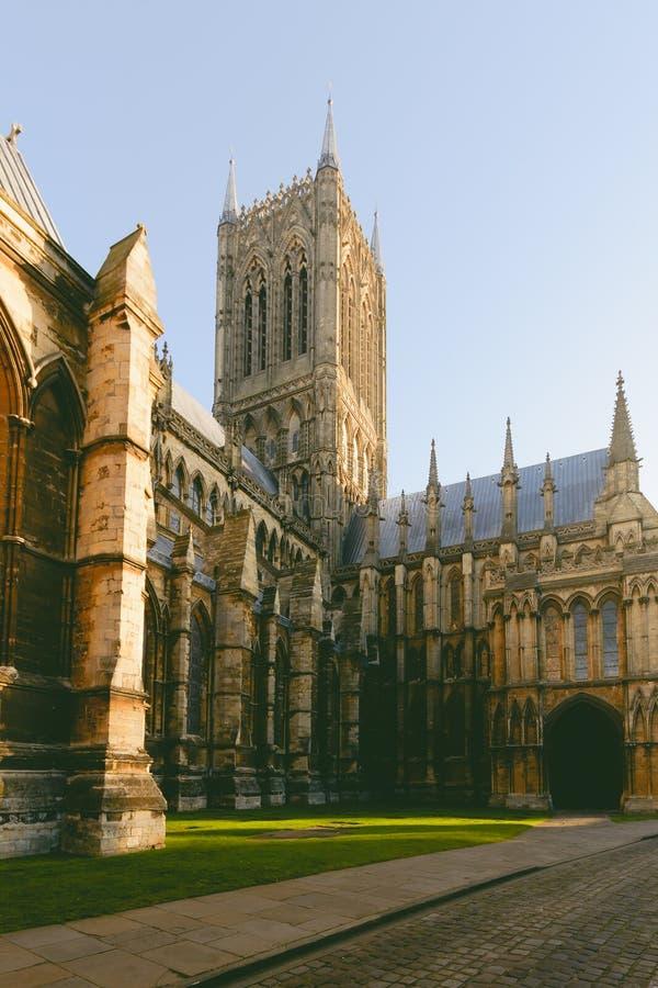 Södra sikt över torn och fasad av Lincoln Cathedral arkivbilder