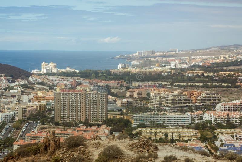 Södra Tenerife semesterortsikt för Los Cristianos och Las Americas från det Guaza berget kanarief?gel?ar tenerife spain arkivfoto