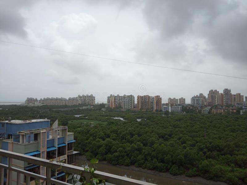 Södra västra monsunmoln över staden royaltyfri bild