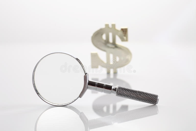 Söka efter pengar arkivfoto