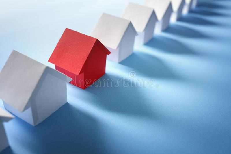 Söka för fastighet, hus eller nytt hem fotografering för bildbyråer