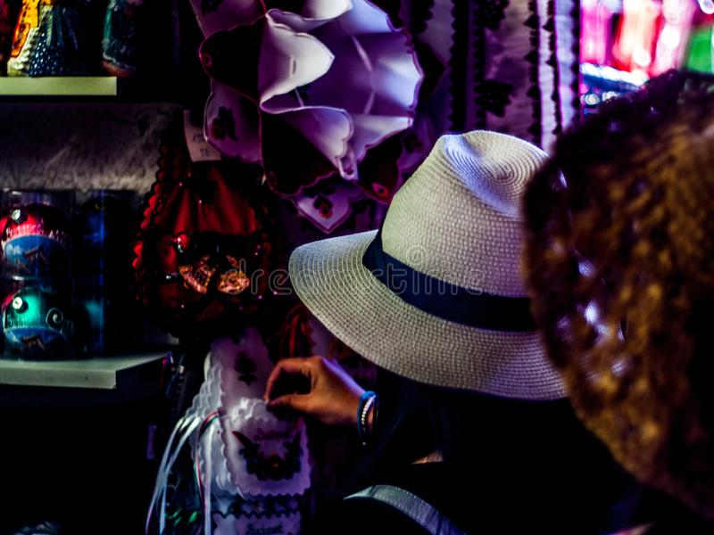 Söka för kläder i den centrala saluhallen för kli VI av Budapest, UngernFerencvà ¡ ros arkivfoto