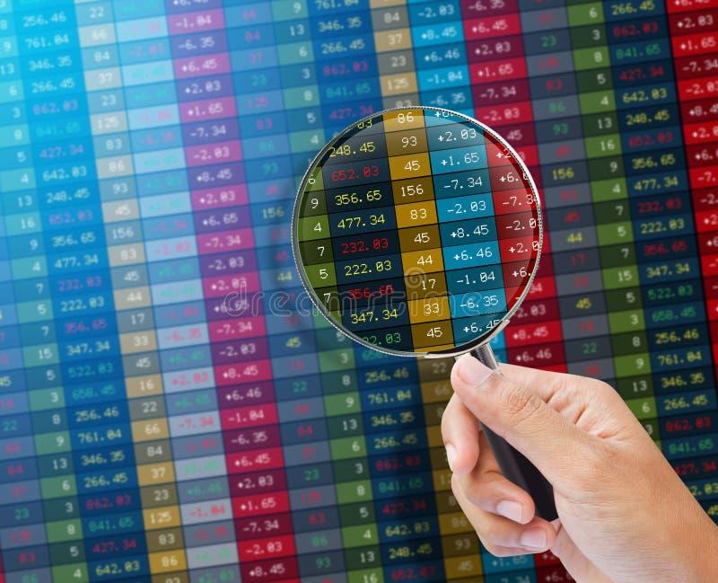Sökande av aktiemarknaden på en bildskärm. royaltyfri fotografi