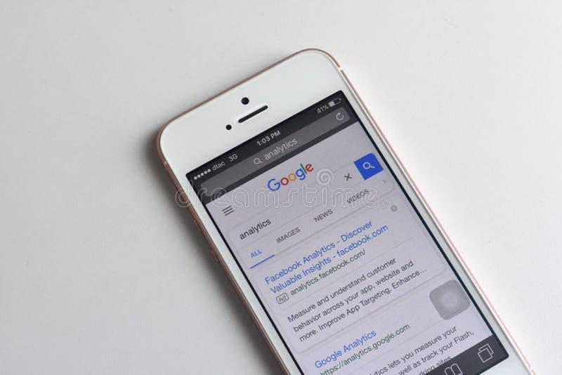 Sökande av Google Analytics på websitesökandemotorn royaltyfria bilder