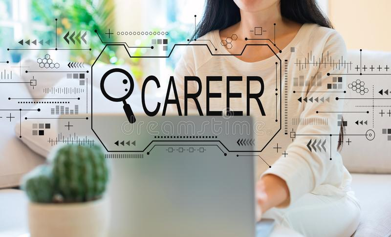 Sökande av karriärtema med kvinnan som använder hennes bärbar dator arkivfoton