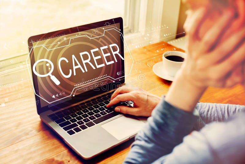 Sökande av karriärtema med mannen som använder en bärbar dator arkivbild