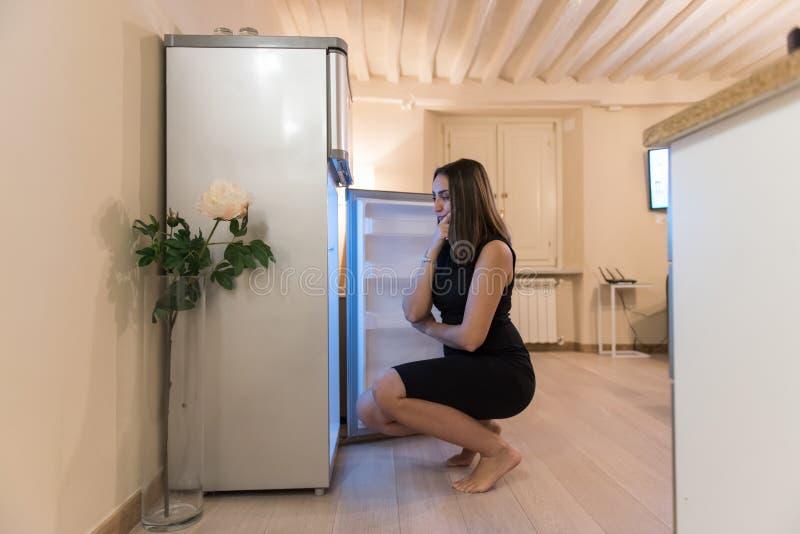 Sökande av kylskåpet för att något ska äta royaltyfria bilder