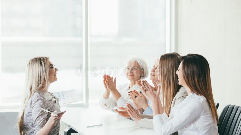 Sökande för lyckad affär för jobbintervju kvinnligt arkivfoton