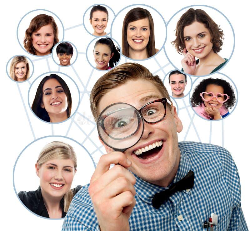 Sökande för vänner över socialt nätverk arkivbilder