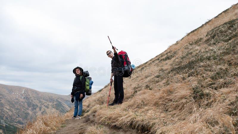 Sökande i bergen Fotvandra av bergen arkivfoto