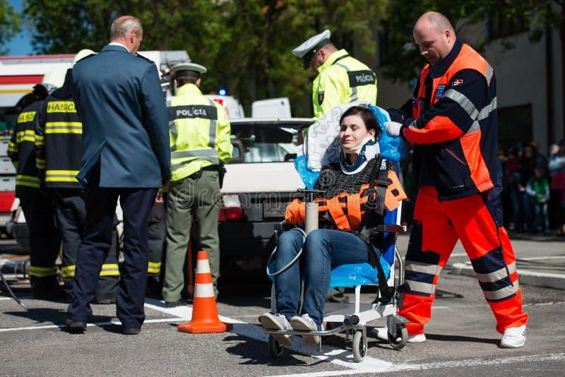 Sökande och räddningsaktion under bilkrasch royaltyfria foton