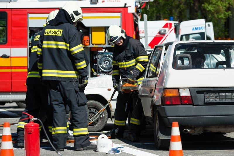 Sökande och räddningsaktion under bilkrasch arkivfoto