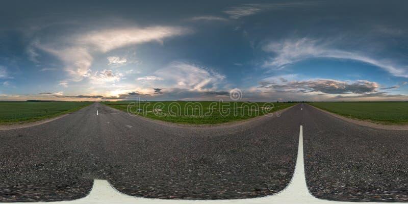 Sömlös sfärisk hdripanorama 360 grader vinkelsikt på asfaltvägen bland fält i sommaraftonsolnedgång med enorma moln arkivbilder