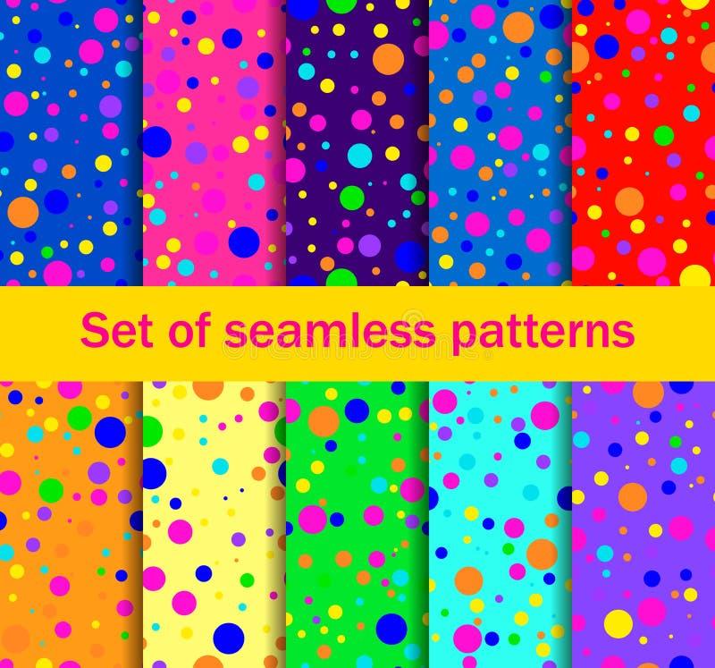 Sömlösa modeller med kulöra cirklar sprids på måfå Ljusa färger, samling av tio bakgrunder vektor royaltyfri illustrationer