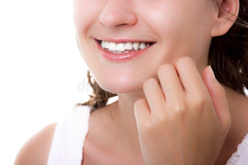 Sömmande kvinna med vackra tänder royaltyfri foto