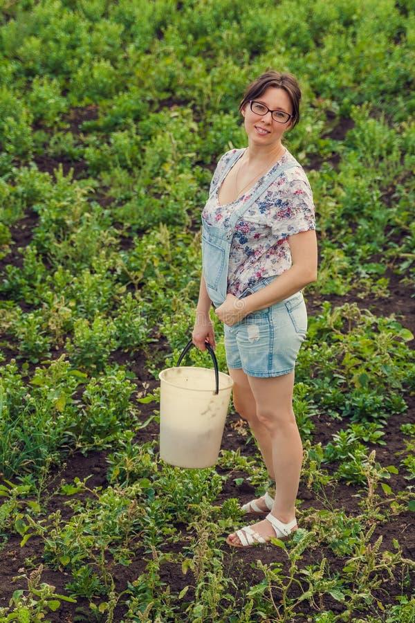Sömmande kvinna som står på en icke odlad jordbruksmark royaltyfri foto