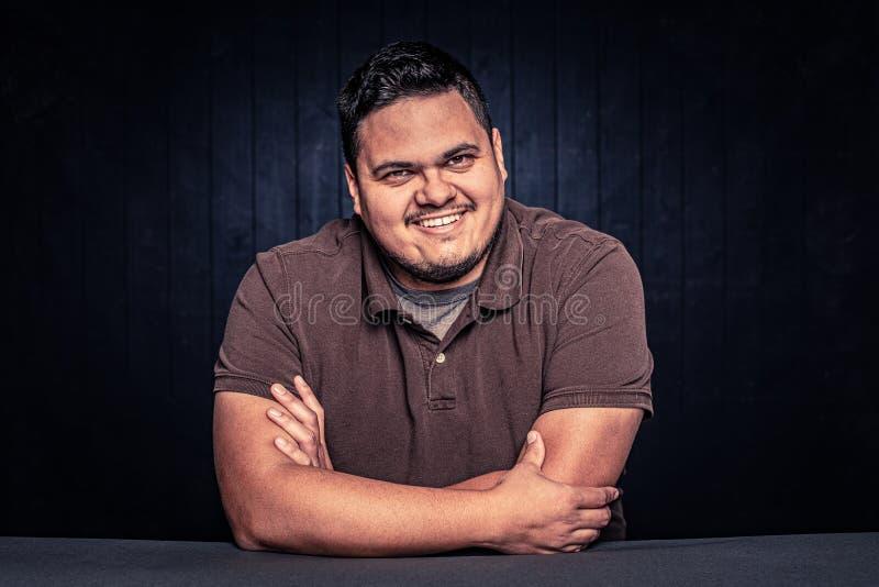 Sömmer Cheerful Latino Man i brun tröja royaltyfria foton