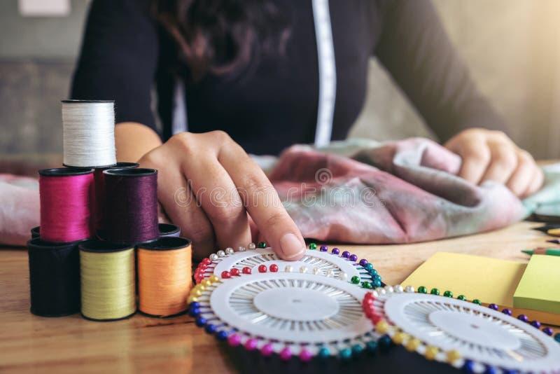 Sömmerska- eller formgivarearbete för ung kvinna som modeformgivare, fotografering för bildbyråer