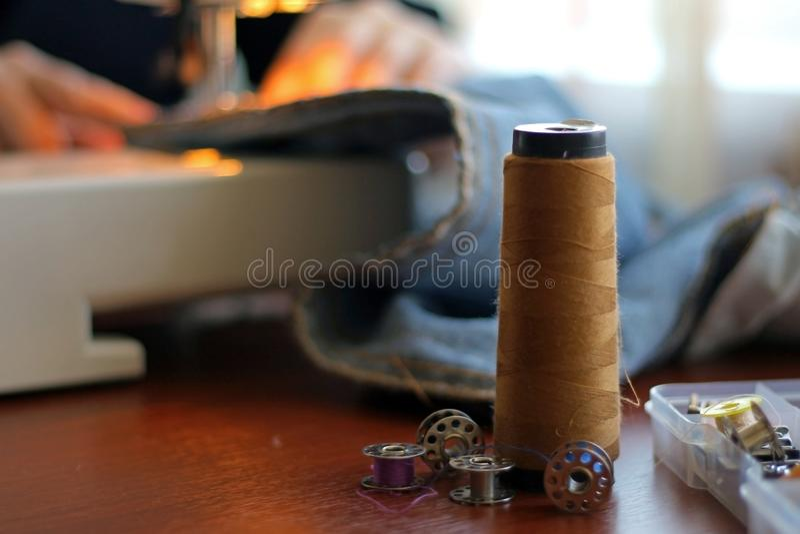 Sömmerskaarbetet på symaskinen royaltyfri fotografi