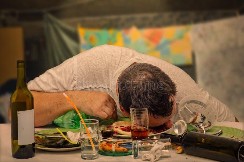 Sömn bland rester efter partiet arkivbilder