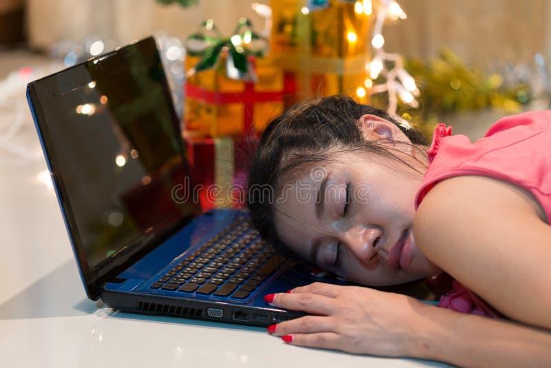 Sömn för funktionsdugliga kvinnor på datoren i hem royaltyfria bilder