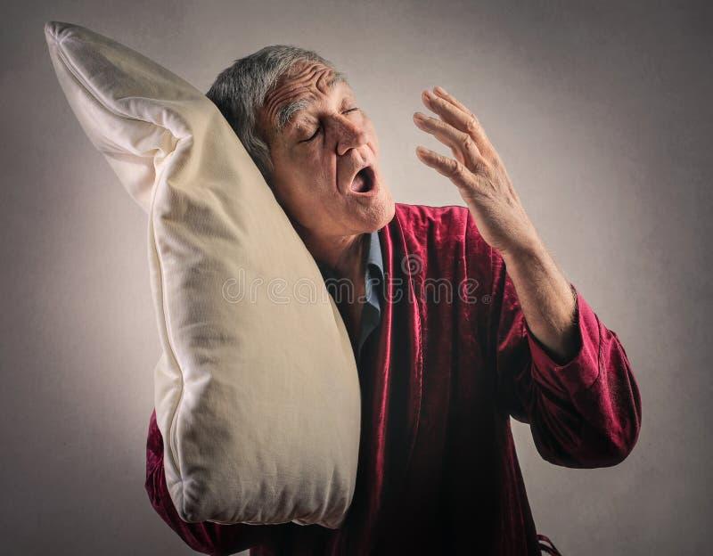 Sömnig äldre man arkivbilder