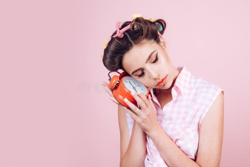 Sömnig trött flicka i tappningstil stift upp kvinna med moderiktig makeup utvikningsbrudflicka med modehår den antika koppen för  royaltyfri foto