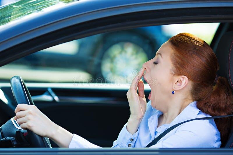 Sömnig tröttad ut chaufför som kör bilen royaltyfri fotografi