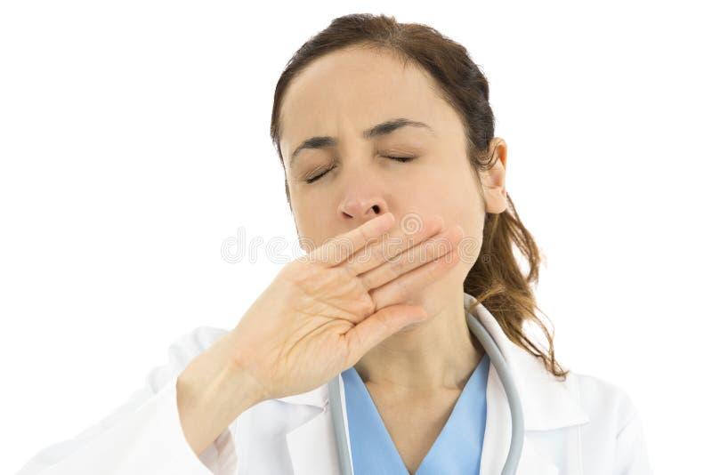 Sömniga doktor eller sjuksköterska och gäspa arkivfoto