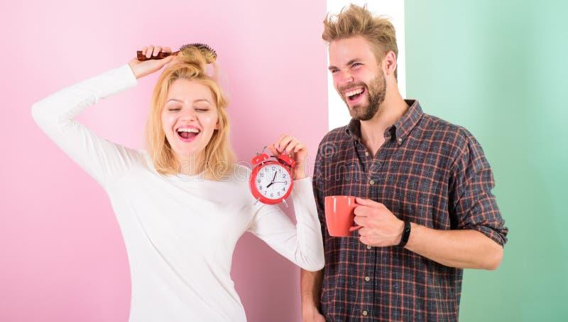 Sömnigt men lyckligt Levande sund styrelivsstil för familj Starta angenämt rutinmässigt drinkkaffe för dagen Ha den trevliga dage arkivfoto