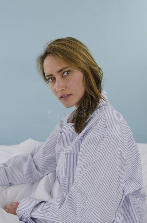 Sömnlös kvinna i underlag med insomnia royaltyfria foton