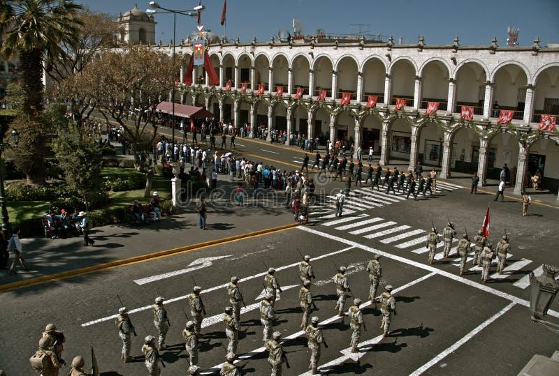 söndag ståtar, Plaza de Armas, Arequipa royaltyfria foton