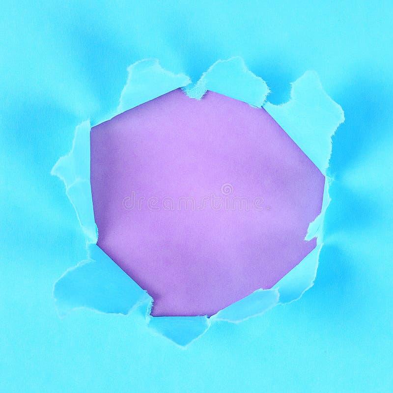 Sönderriven färg slogg in papper med utrymme för meddelande Rivit sönder hål i papper på bakgrund kopiera avst?nd arkivbild