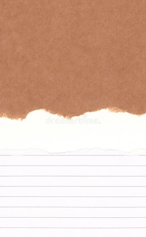 Sönderrivet brunt papper för Closeup på den vita linjen papperstexturbakgrund för grunge Revapappersanmärkning, brunt pappers- ar royaltyfria foton