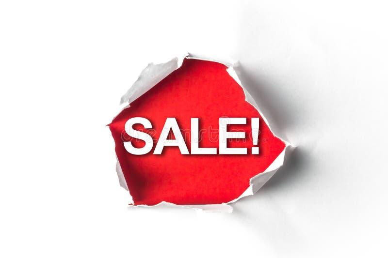 Sönderrivet papper med ett ord Sale! royaltyfria bilder