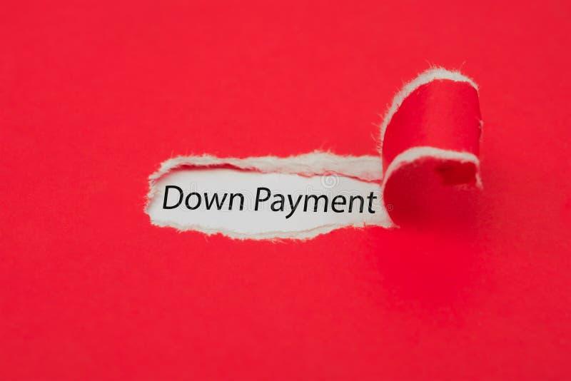 Sönderrivet rött papper som avslöjer och ner - betalningord äganderätt för home tangent för affärsidé som guld- ner skyen till arkivfoton