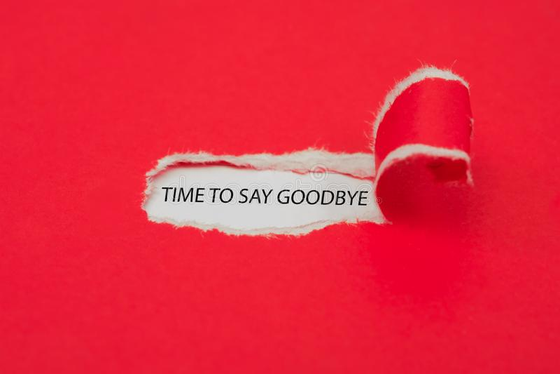Sönderrivet rött papper som avslöjer ordet Tid för att säga farväl äganderätt för home tangent för affärsidé som guld- ner skyen  arkivfoto