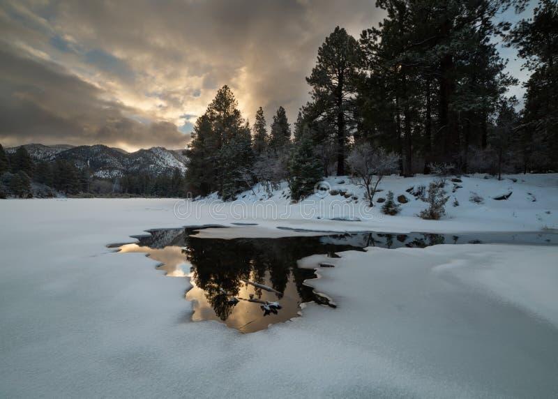 Sörja dalbehållaren i sydliga Utah frysas mestadels över på denna tidiga Januari morgon med precis lite färg i himlen arkivbild