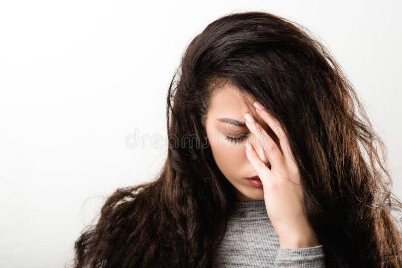 S?rja den sorgsna ?ngerfulla emotionella flickan royaltyfria bilder
