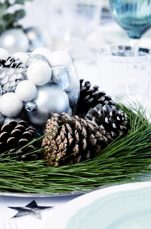 Sörja kottehöjdpunkten för jultabellgarnering royaltyfri fotografi