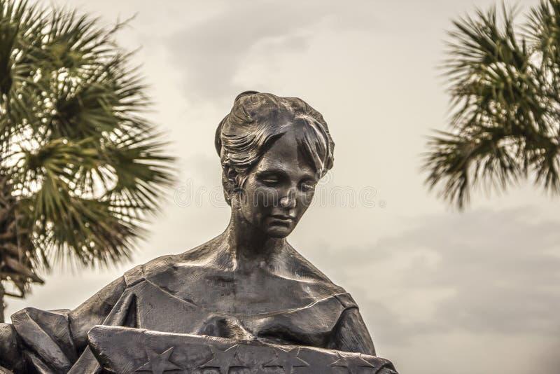 Sörja kvinnaskulptur i den angenäma minnes- stranden för monteringen parkera South Carolina royaltyfri bild